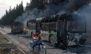 Đoàn xe sơ tán dân thường ở Syria bị tấn công, đốt cháy