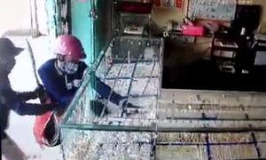 Hơn 30 giây đập tủ kính, gom vàng của nhóm cướp ở Tây Ninh