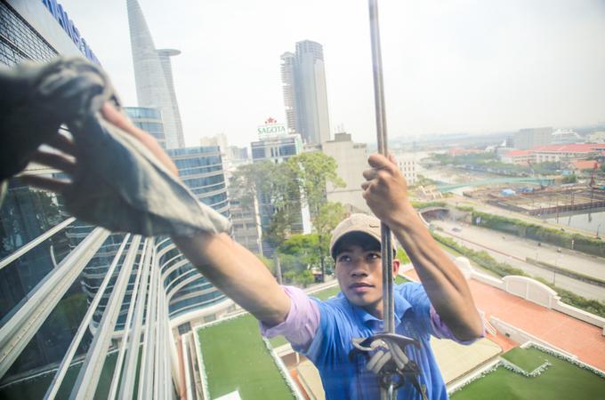 Cược mạng sống với nghề lau kính nhà cao tầng ở Sài Gòn