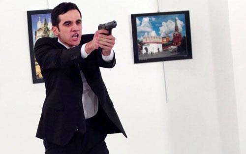 Tay súng ám sát đại sứ Nga là một cảnh sát chống bạo động Thổ Nhĩ Kỳ. Ảnh: Reuters
