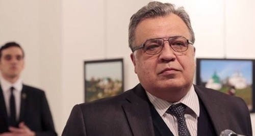 Tay súng đứng ngay sau lưng Đại sứ Nga Andrey Karlov. Ảnh: