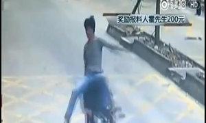 Tài xế Trung Quốc tung đòn kungfu quật ngã tên trộm lái môtô