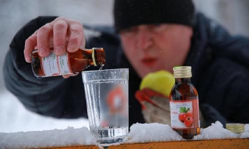 Nhiều người Nga ngộ độc sau khi uống sữa tắm thay rượu. Ảnh minh họa: Red Frax News 24/7.