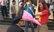Màn cầu hôn nữ tiếp viên hàng không náo động trung tâm thương mại