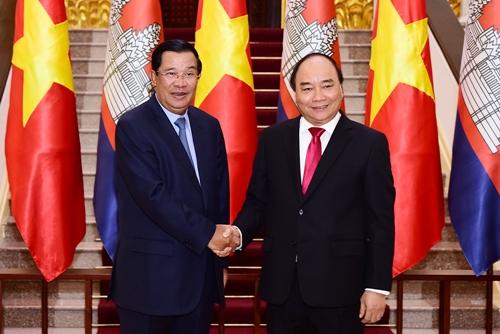 Thủ tướng Nguyễn Xuân Phúc bắt tay Thủ tướng Campuchia Hun Sen. Ảnh: Giang Huy.