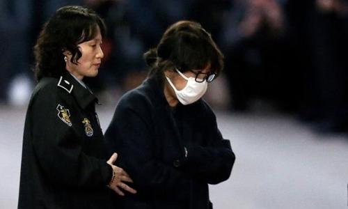 Bà Choi Soon-sil, đeo khẩu trang khi bị bắt giữ. Ảnh: Yonhap.
