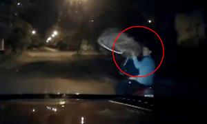 Ôtô truy đuổi hai tên trộm chó qua nhiều con hẻm