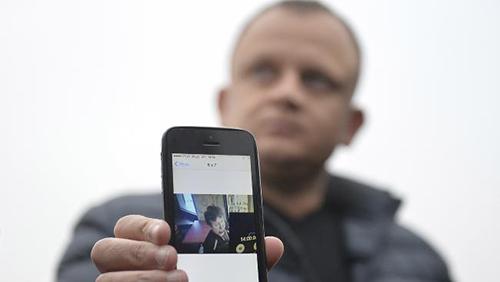 Ariel Zurawski,anh họ,cũng là chủ công ty xe tải, cho thấy bức ảnh cuối cùng của Urban trước khi bị sát hại. Ảnh: AP