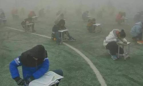 Học sinh Trung Quốc làm bài kiểm tra trong không khí nhiều sương mù. Ảnh: Shanghaiist.