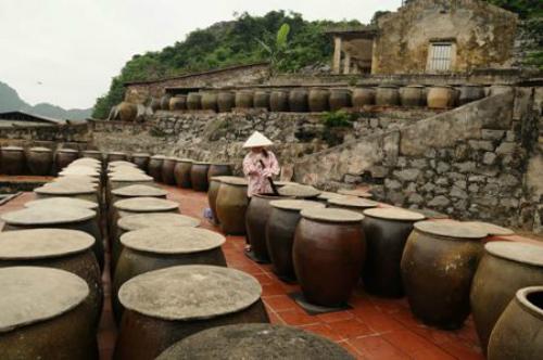 Toàn bộ khâu ủ chượp làm mắm đều được thực hiện thủ công. Ảnh: dulich24.