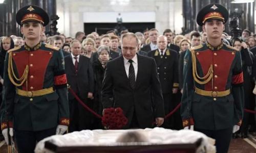 Tổng thống Putinđặt hoa viếng ông Karlov. Ảnh: