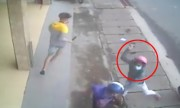 Nhóm côn đồ cầm dao truy sát hai thanh niên giữa phố