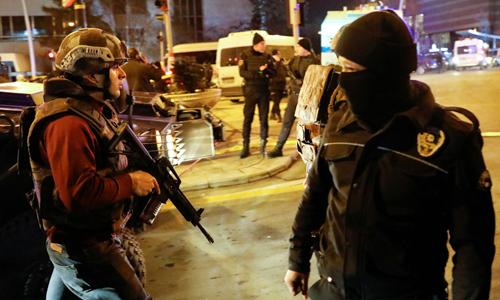 Lực lượng đặc nhiệm Thổ Nhĩ Kỳ bao vây hiện trường vụ ám sát đại sứ Nga. Ảnh: Reuters.