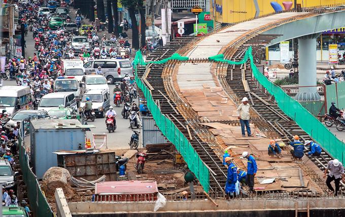 'Lô cốt' bủa vây đường Sài Gòn cuối năm