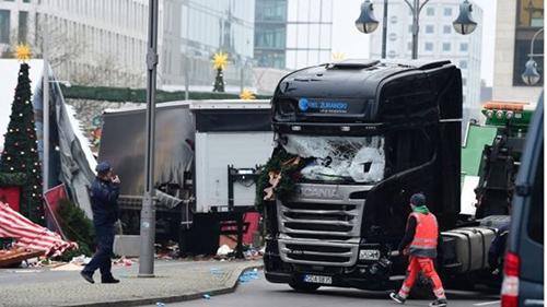 Hiện trường vụ lao xe tải vào chợ Giáng sinh ở Berlin hôm 19/12. Ảnh: AFP