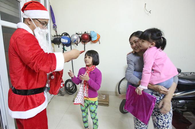 'Ông già Noel' hối hả chuyển quà trước Giáng sinh