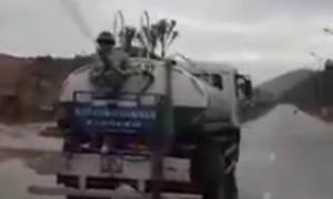 Video 'công nhân phun nước tưới cây dù trời mưa' hot trong ngày