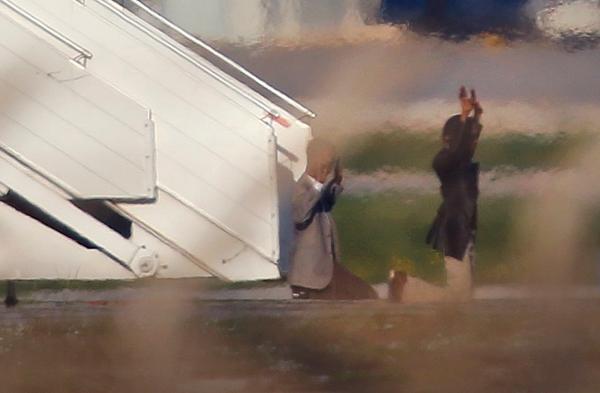 Hai không tặc giơ tay hàng, sau khi thả tất cả hành khách, thành viên tổ bay. Ảnh: Reuters