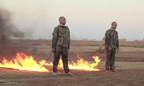 Hai binh sĩ Thổ Nhĩ Kỳ bị phiến quân Nhà nước Hồi giáo thiêu sống. Ảnh: Mirror.