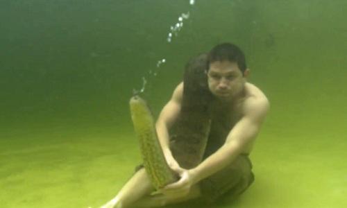 tran-anaconda-khong-lo-quan-quanh-co-nguoi-dan-ong-duoi-nuoc-2