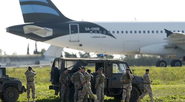 Quân đội Mali gần máy bay bị không tặc khống chế. Ảnh: Reuters