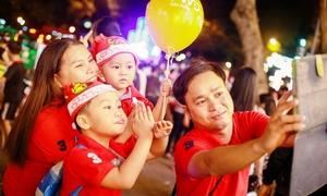 Người Sài Gòn xuống phố đón Giáng Sinh