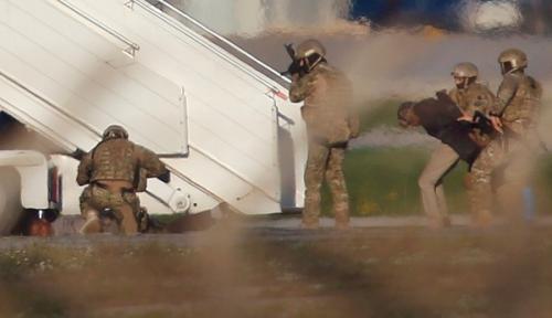 Hai tên không tặc bị binh sĩ Malta còng tay. Ảnh: Reuters