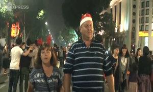 Du khách nước ngoài thích thú Giáng sinh Hà Nội