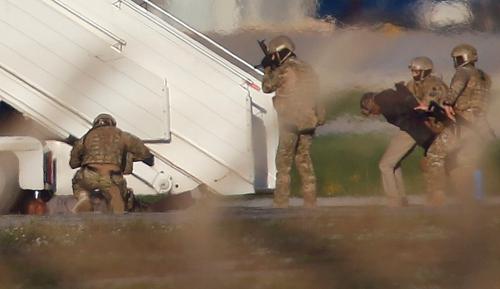 Hai tên không tặc bị quân đội Malta khống chế sau khi bước ra từ máy bay Libya. Ảnh: Reuters