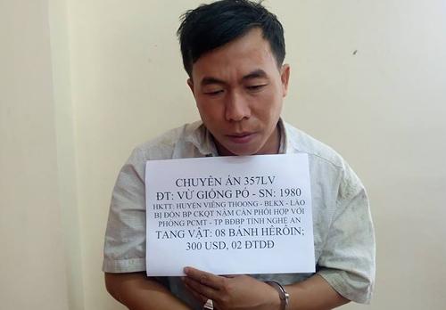nguoi-dan-ong-lao-dua-8-banh-heroin-vao-nghe-an