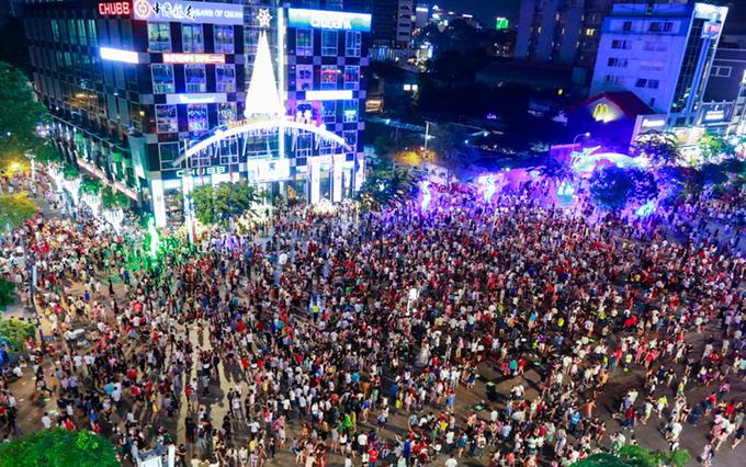 Trung tâm Sài Gòn kẹt cứng trong đêm Noel