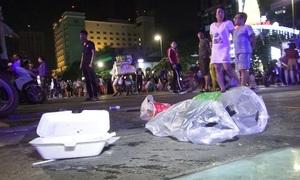 Phố đi bộ Nguyễn Huệ ngập rác sau đêm Giáng Sinh