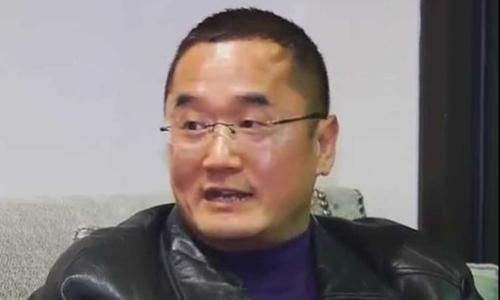 Alex Bai nói ông rất kinh hoàng khi kiểm tra gói quà đặt mua từ Amazon. Ảnh: Mirror.