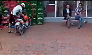 Thanh niên bẻ khóa, trộm xe máy trước mặt hai người đàn ông