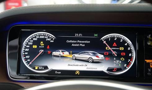 S400 L sử dụng hai màn hình LCD làm mành hình trung tâm, trong đó màn hình tại vị trí sau vô-lăng thể hiện đầy đủ các thông số kỹ thuật.