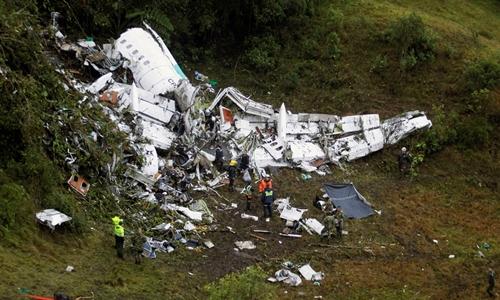 Phi cơ của LaMia vỡ nát tại hiện trường. Ảnh: Reuters.