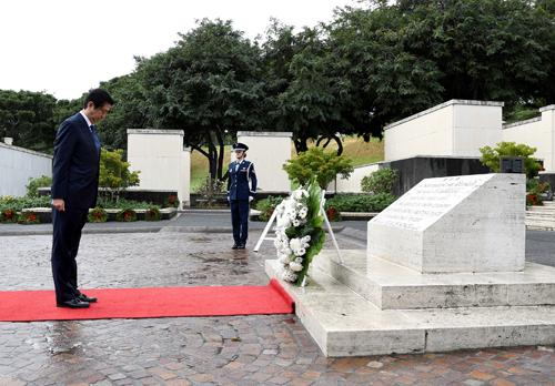 Thủ tướng Abe đặt vòng hoa vàmặc niệmtại Nghĩa trang Tưởng niệm Quốc gia Thái Bình Dương,Honolulu, Hawaii, Mỹ. Ảnh: Reuters