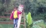 Học sinh đi ván gỗ rộng 40cm trên cầu hỏng qua suối sâu