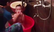 Mẹ đặt camera phát hiện ôsin bạo hành con trong nhà tắm