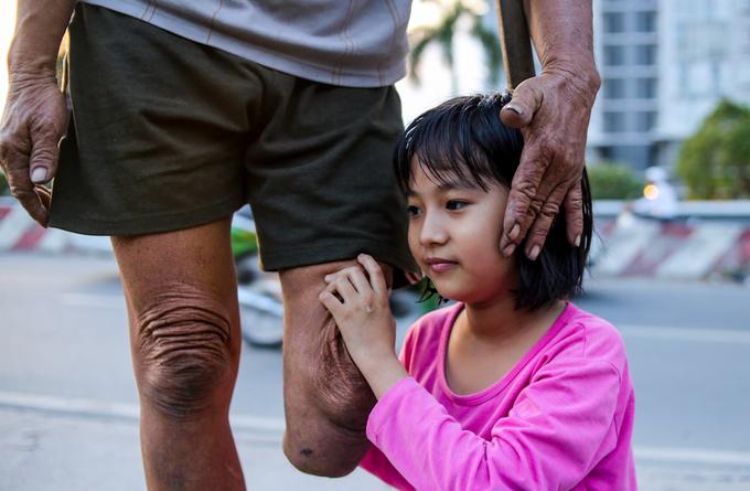 Gia đình hơn 10 năm sống trên ghe cạnh cao ốc Sài Gòn
