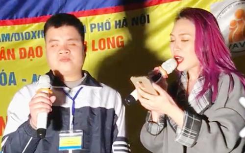 Sự kiện ca sĩ Mỹ Tâm hát cùng chàng trai khiếm thị được cho là một hành động đẹp vào đề thi môn Văn ở Cà Mau. Ảnh: facebook