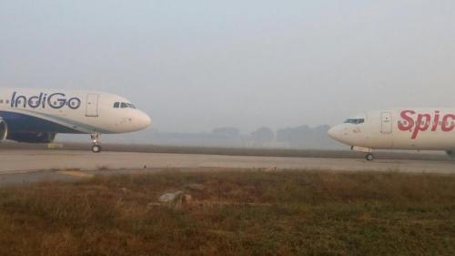 Máy bay IndiGo và SpiceJet đối đầu nhau tại New Delhi. Ảnh: HD