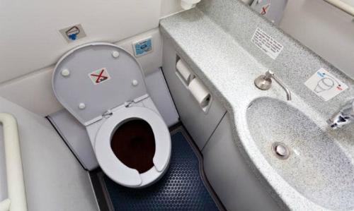 may-bay-ha-canh-dot-xuat-de-hanh-khach-di-toilet-o-ireland