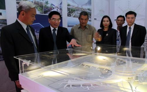 Lãnh đạo Tổng công ty hàng không Việt Nam giới thiệu các dự án cho người dân tỉnh Đồng Nai về các dự án thiết kế. Ảnh: Phước Tuấn