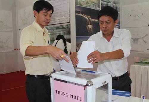 Người dân bỏ phiếu ý kiến 9 bản thiết kế sân bay Long Thành. Ảnh: Phước Tuấn