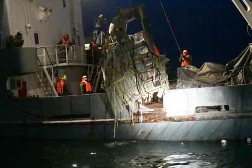 Xác máy bay Tu-154 được trục vớt từ đáy biển. Ảnh: Reuters