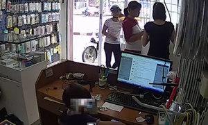 Người đàn bà dạy con 3 tuổi nhét điện thoại ăn trộm vào bỉm
