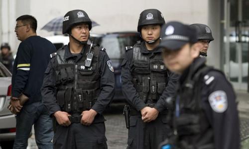 Cảnh sát vũ trang Trung Quốc ở Tân Cương. Ảnh: AP