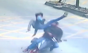 Tài xế xe tải song phi hạ gục tên cướp điện thoại đi xe máy