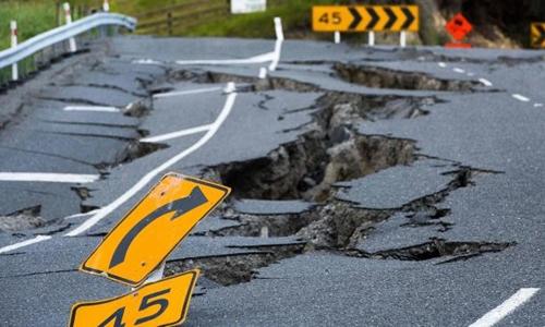 Động đất phá hủy đường sá ở Kakoura, New Zealand hồi tháng 11. Ảnh: AFP